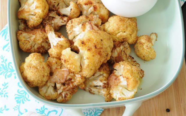Pieczony kalafior z sosem czosnkowym