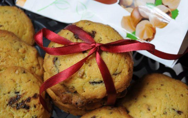 Piegowate ciasteczka z prażonymi orzechami laskowymi i czekoladą