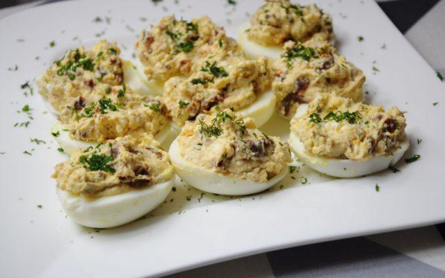 Jajka faszerowane suszonymi pomidorami i fetą