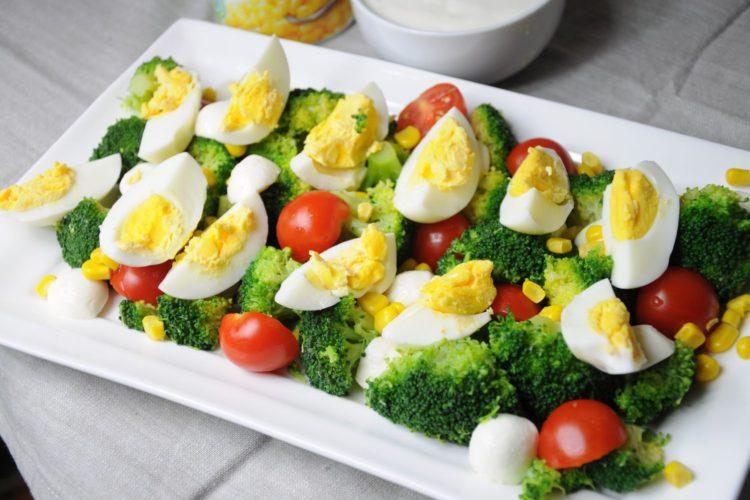 Szybka sałatka z brokułami i jajkiem