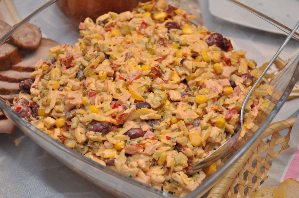 salatka z kurczakiem i makaronem ryzowym