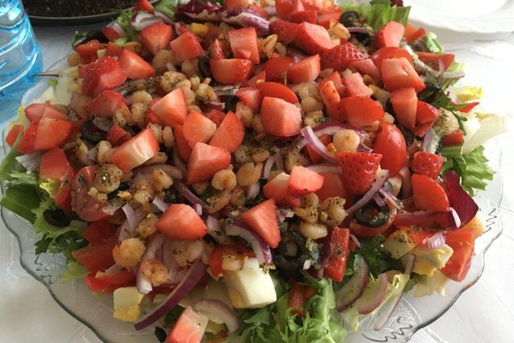 Sałatka z krewetkami i truskawkami