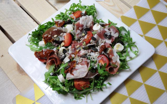 Sałatka z rukolą prosciutto i miksem sałatkowym Italia