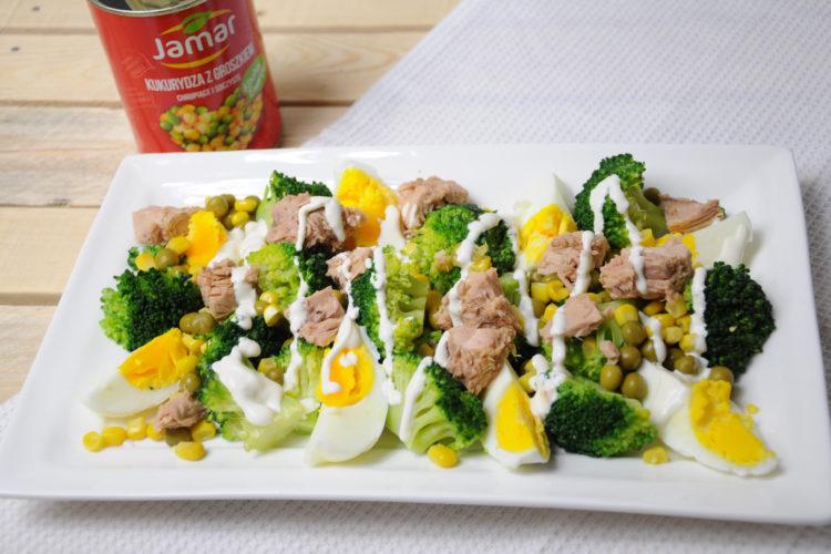Sałatka z brokułami, jajkiem, kukurydzą i groszkiem