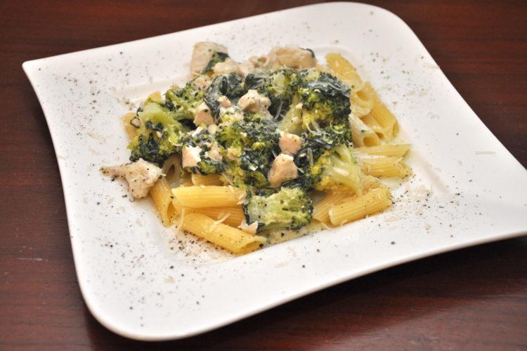 Makaron penne z kurczakiem, szpinakiem i brokułami