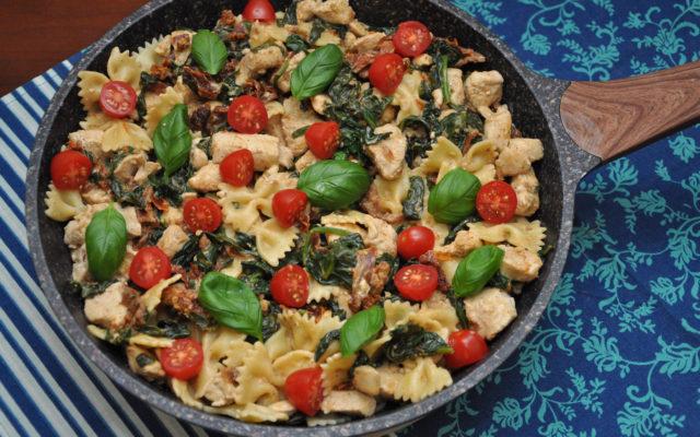 Farfalle z kurczakiem, szpinakiem i pomidorami w winnym sosie