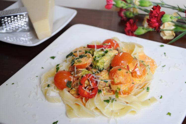 Fettuccine z chorizo, papryką palermo i pomidorami